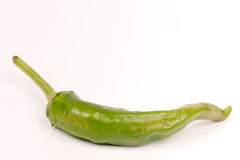 Πράσινο πιπέρι τσίλι πέρα από το άσπρο υπόβαθρο Στοκ φωτογραφία με δικαίωμα ελεύθερης χρήσης