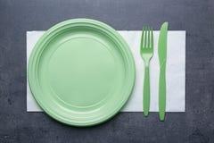 Πράσινο πλαστικό μίας χρήσης επιτραπέζιο σκεύος Στοκ φωτογραφία με δικαίωμα ελεύθερης χρήσης
