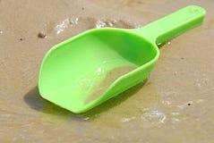 πράσινο πλαστικό παιχνίδι σεσουλών παραλιών στοκ εικόνα