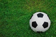 πράσινο ποδόσφαιρο χλόης σφαιρών Ποδόσφαιρο Στοκ φωτογραφία με δικαίωμα ελεύθερης χρήσης