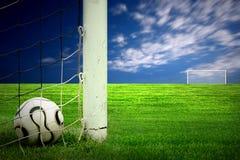 πράσινο ποδόσφαιρο χλόης σφαιρών Στοκ Φωτογραφία