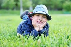 πράσινο πορτρέτο χλόης αγοριών Στοκ φωτογραφία με δικαίωμα ελεύθερης χρήσης