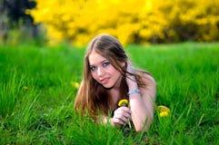 πράσινο πορτρέτο χλόης κοριτσιών Στοκ φωτογραφία με δικαίωμα ελεύθερης χρήσης