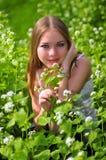 πράσινο πορτρέτο χλόης κοριτσιών Στοκ Φωτογραφία