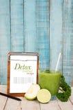 Πράσινο ποτό detox με την γκοϋάβα, ασβέστης, σέλινο με το γράψιμο του μαξιλαριού για Στοκ Εικόνες