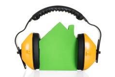 Πράσινο πρότυπο σπιτιών με το ακουστικό Στοκ εικόνες με δικαίωμα ελεύθερης χρήσης