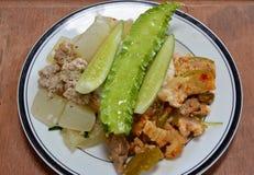 Πράσινο πόδι χοιρινού κρέατος κάρρυ και βρασμένο ραδίκι με το κομματιασμένο χοιρινό κρέας στο ρύζι Στοκ Φωτογραφία