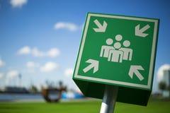 Πράσινο σημάδι σημείου συνελεύσεων έκτακτης ανάγκης Στοκ φωτογραφία με δικαίωμα ελεύθερης χρήσης