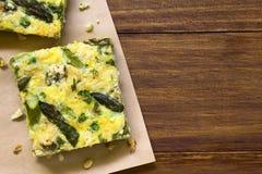 Πράσινο σπαράγγι, μπιζέλι και μπλε τυρί Frittata Στοκ Εικόνες
