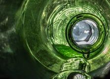Πράσινο στάλαγμα μπουκαλιών γυαλιού υγρό στοκ εικόνες