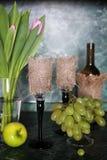 Πράσινο σταφύλι μπουκαλιών κρασιού στο υπόβαθρο Στοκ Εικόνες