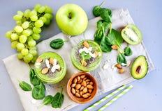 Πράσινο σταφύλι της Apple σπανακιού λαχανικών καταφερτζήδων με τους σπόρους και τα αμύγδαλα Chia Στοκ φωτογραφία με δικαίωμα ελεύθερης χρήσης