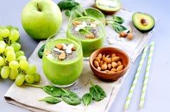 Πράσινο σταφύλι της Apple σπανακιού λαχανικών καταφερτζήδων με τους σπόρους και τα αμύγδαλα Chia Στοκ Φωτογραφίες