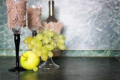 Πράσινο σταφύλι μπουκαλιών κρασιού στο υπόβαθρο Στοκ φωτογραφία με δικαίωμα ελεύθερης χρήσης