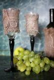 Πράσινο σταφύλι μπουκαλιών κρασιού στο υπόβαθρο Στοκ Φωτογραφίες