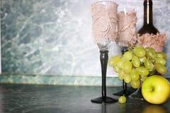 Πράσινο σταφύλι μπουκαλιών κρασιού στο υπόβαθρο Στοκ Εικόνα