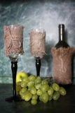 Πράσινο σταφύλι μπουκαλιών κρασιού στο υπόβαθρο Στοκ Φωτογραφία