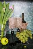 Πράσινο σταφύλι μπουκαλιών κρασιού στο υπόβαθρο Στοκ εικόνα με δικαίωμα ελεύθερης χρήσης