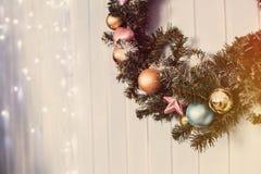 Πράσινο στεφάνι Χριστουγέννων με τις διακοσμήσεις στοκ φωτογραφίες με δικαίωμα ελεύθερης χρήσης