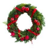 Πράσινο στεφάνι Χριστουγέννων με τις κόκκινες διακοσμήσεις Στοκ Φωτογραφίες
