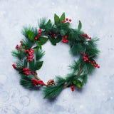 Πράσινο στεφάνι Χριστουγέννων στον ανοικτό γκρι τρύγο Στοκ Φωτογραφίες