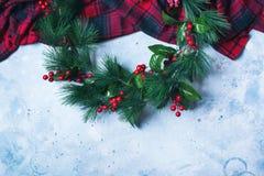 Πράσινο στεφάνι Χριστουγέννων στον ανοικτό γκρι τρύγο Στοκ εικόνα με δικαίωμα ελεύθερης χρήσης