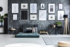 Πράσινο στρώμα ενάντια στο συμπαγή τοίχο με τη στοά των αφισών μέσα Στοκ Εικόνες