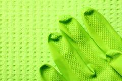 Πράσινο σφουγγάρι και πράσινο λαστιχένιο γάντι Στοκ εικόνα με δικαίωμα ελεύθερης χρήσης