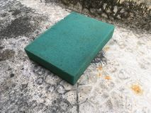 Πράσινο σφουγγάρι στο πάτωμα τσιμέντου Στοκ εικόνα με δικαίωμα ελεύθερης χρήσης