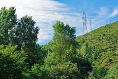 Πράσινο τοπίο με τους πύργους δύναμης ηλεκτρικής ενέργειας Στοκ φωτογραφίες με δικαίωμα ελεύθερης χρήσης