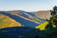 Πράσινο τοπίο πανοράματος βουνών κοιλάδων του Ρίο Zezere ποταμών στο ηλιοβασίλεμα Πορτογαλία, Serra DA Estrela στοκ εικόνες