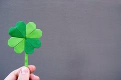 Πράσινο τριφύλλι origami εγγράφου εκμετάλλευσης χεριών Στοκ φωτογραφία με δικαίωμα ελεύθερης χρήσης