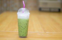 πράσινο τσάι γάλακτος στην πλαστική χλόη στον πίνακα, εύγευστο thi Στοκ εικόνα με δικαίωμα ελεύθερης χρήσης