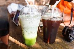 Πράσινο τσάι και παγωμένο τσάι με τη mirrorless κάμερα και την ταμπλέτα Στοκ Φωτογραφίες