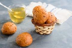 Πράσινο τσάι με τα κουλούρια ψωμιού Στοκ φωτογραφία με δικαίωμα ελεύθερης χρήσης