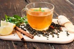 Πράσινο τσάι με το λεμόνι, πιπερόριζα, κανέλα στοκ εικόνα με δικαίωμα ελεύθερης χρήσης