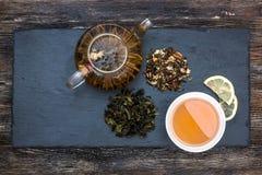 Πράσινο τσάι με το κέικ, τους ξηρούς καρπούς και τη σοκολάτα Στοκ φωτογραφίες με δικαίωμα ελεύθερης χρήσης