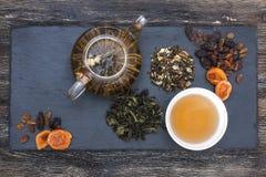 Πράσινο τσάι με το κέικ, τους ξηρούς καρπούς και τη σοκολάτα Στοκ εικόνα με δικαίωμα ελεύθερης χρήσης