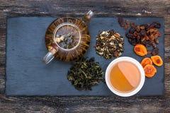 Πράσινο τσάι με το κέικ, τους ξηρούς καρπούς και τη σοκολάτα Στοκ εικόνες με δικαίωμα ελεύθερης χρήσης