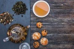 Πράσινο τσάι με το κέικ, τους ξηρούς καρπούς και τη σοκολάτα Στοκ Εικόνες