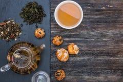 Πράσινο τσάι με το κέικ, τους ξηρούς καρπούς και τη σοκολάτα Στοκ φωτογραφία με δικαίωμα ελεύθερης χρήσης
