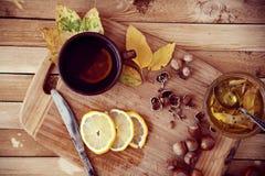 Πράσινο τσάι με το μέλι και τα φουντούκια στοκ εικόνα
