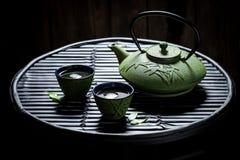 Πράσινο τσάι με teapot και φλυτζάνα τσαγιού στο μαύρο βράχο Στοκ φωτογραφία με δικαίωμα ελεύθερης χρήσης