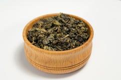 Πράσινο τσάι σε ένα ξύλινο κύπελλο Στοκ Φωτογραφίες
