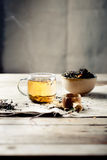 Πράσινο τσάι σε ένα φλυτζάνι γυαλιού με τον ατμό Στοκ Εικόνες