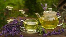 Πράσινο τσάι σε ένα όμορφο κύπελλο γυαλιού στον πίνακα απόθεμα βίντεο