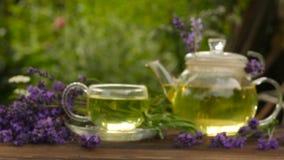 Πράσινο τσάι σε ένα όμορφο φλυτζάνι φιλμ μικρού μήκους