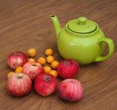 Πράσινο τσάι στον πίνακα με τα μήλα Στοκ Φωτογραφία
