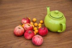 Πράσινο τσάι στον πίνακα με τα μήλα Στοκ εικόνες με δικαίωμα ελεύθερης χρήσης