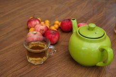 Πράσινο τσάι στον πίνακα με τα μήλα Στοκ Εικόνες